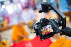 De camera toont de vangstmotie van het beeldzoekerbeeld in gesprek of uitzendingshuwelijksceremonie royalty-vrije stock fotografie