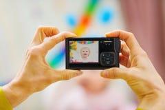De camera van de close-up op handen die verjaardagsfoto's maken Stock Afbeeldingen