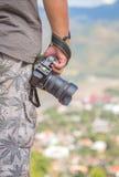 De camera van de fotograafholding in openlucht Royalty-vrije Stock Foto's