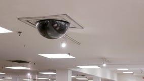 De camera van de koepelveiligheid bovenop plafond stock footage