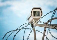 De camera van de observatie en barbwire op blauwe hemel. Royalty-vrije Stock Fotografie