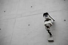 De Camera van de toezichtveiligheid met concrete muur stock foto