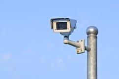 De camera van de veiligheid op blauwe hemel Stock Afbeeldingen
