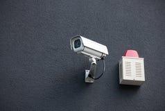 De Camera van de veiligheid op Muur Stock Afbeeldingen
