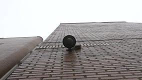 De camera van het koepeltoezicht op het schoolgebouw wordt geregistreerd die van onderaan stock video