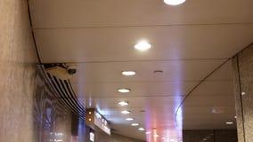 De camera van de koepelveiligheid bovenop plafond binnen wandelgalerij stock videobeelden