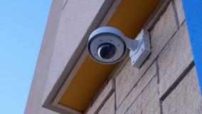 De camera van de koepelveiligheid bovenop plafond buiten Walmart-opslag stock videobeelden