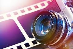 De camera van lensslr op achtergrond van perforatiefilm stock foto