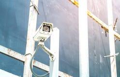 De camera van toezichtkabeltelevisie op pool in bouwconstructieplaats met gloed lichteffect en copyspace stock foto's