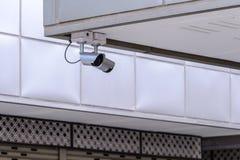 De camera van veiligheidsirl voor monitorgebeurtenissen in stad Stock Fotografie