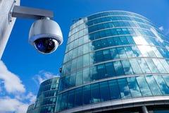 De camera van veiligheidskabeltelevisie in de bureaubouw Stock Fotografie