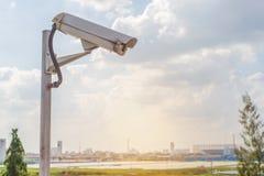 De camera van veiligheidskabeltelevisie op weg in stad Royalty-vrije Stock Foto's