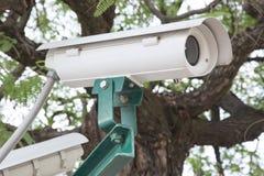 De camera van veiligheidskabeltelevisie in park Stock Fotografie