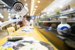 De camera van veiligheidskabeltelevisie of toezichtsysteem in Japans restaurant Stock Afbeeldingen