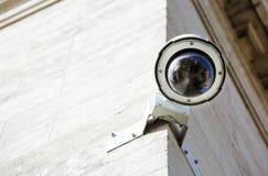 de camera van veiligheidskabeltelevisie of toezichtsysteem vast op oude constru stock foto's
