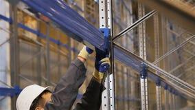 De camera verplaatst Afgelopen Arbeider het Bevestigen Metaalplank naar Bouw stock footage