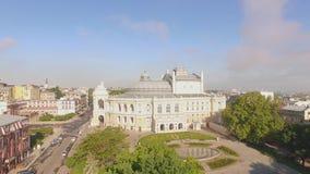 De camera vliegt stijgend onthullend de stadscentrum van Odessa met Opera en Ballettheater stock videobeelden