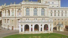 De camera vliegt zijdelings dichtbij Odessa National Academic Opera en Ballettheater stock videobeelden