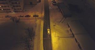 De camera volgt auto's, op de weg bij nacht Luchtlengte stock videobeelden