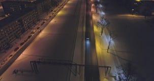 De camera volgt auto's, op de weg bij nacht Luchtlengte stock footage