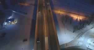 De camera volgt auto's, op de weg bij nacht Luchtlengte stock video