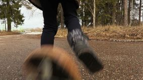 De camera volgt Meisje dat praktizerend op skateboard stock footage