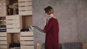 De camera volgt de zekere succesvolle vrouwelijke leider omhoog modern zolderbureau ingaat, komt en aan collega langzame motie sp stock video