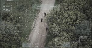 De cameramening van de toezichthommel van terroristenploeg die met wapens lopen stock footage
