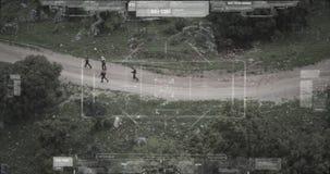 De cameramening van de toezichthommel van terroristenploeg die met wapens lopen stock videobeelden