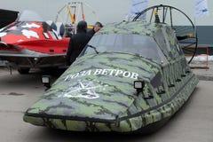 De camouflage airboats ` Wind nam ` - de hoogwaardige technologieën ` van het Productiebedrijf ` toe Rusland perm royalty-vrije stock fotografie