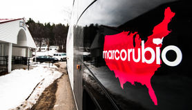 De campagnebus van Marco Rubio buiten de VFW-post in Milford, New Hampshire stock foto