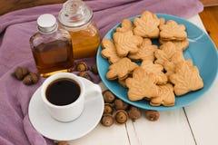 De Canadese koekjes van de esdoornroom op blauwe plaat met honing, esdoorn syr Royalty-vrije Stock Fotografie
