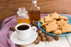 De Canadese koekjes van de esdoornroom op blauwe plaat met honing, esdoorn syr Royalty-vrije Stock Foto