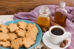 De Canadese koekjes van de esdoornroom op blauwe plaat met honing, esdoorn syr Stock Afbeelding
