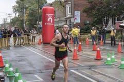 De Canadese marathonagent John Parrott loopt voorbij het 33 km-keerpuntpunt van de Marathon van de Waterkant van Scotiabank Toron Stock Foto's