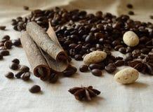 De canela de los palillos, de los granos de café, del anís y de la almendra todavía de los caramelos vida Foto de archivo libre de regalías
