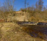 De canion op de Lavarivier in het gebied van Leningrad is een geologisch monument van aard van regionaal belang stock foto's