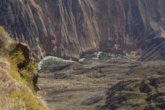 De canion van Colca met rivier Stock Afbeelding