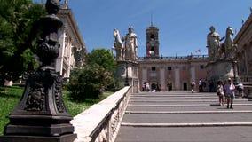 De Capitoline-Heuvel in Rome met standbeelden stock footage