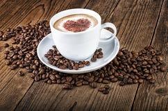 De cappuccino van de koffiekop op donker hout Stock Foto's