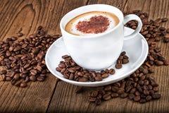 De cappuccino van de koffiekop op donkere houten achtergrond Royalty-vrije Stock Foto's
