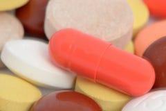 De capsule is op andere tabletten Stock Foto's