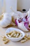 De capsules van het knoflookuittreksel stock fotografie