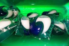 De capsules van het wasgel bovenop elkaar worden gestapeld die Oplossende wasmiddelsachets met chemische producten voor waskleren royalty-vrije stock foto's