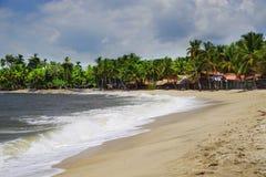 De Caraïbische Zee en één van zijn mooie stranden op Isla Grande, Rosario Archipelago stock fotografie