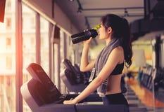 De cardio lopende training van de oefeningstredmolen stock foto's