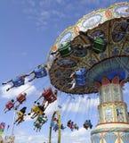 De Carrousel die van het kermisterrein rond spint Stock Foto's