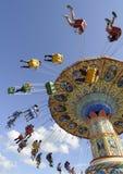 De Carrousel die van het kermisterrein rond spint Stock Fotografie