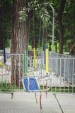 De carrouselzetels van kinderen op kettingen royalty-vrije stock afbeelding