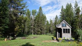 De casa minúscula de la rejilla en las montañas Imagen de archivo
